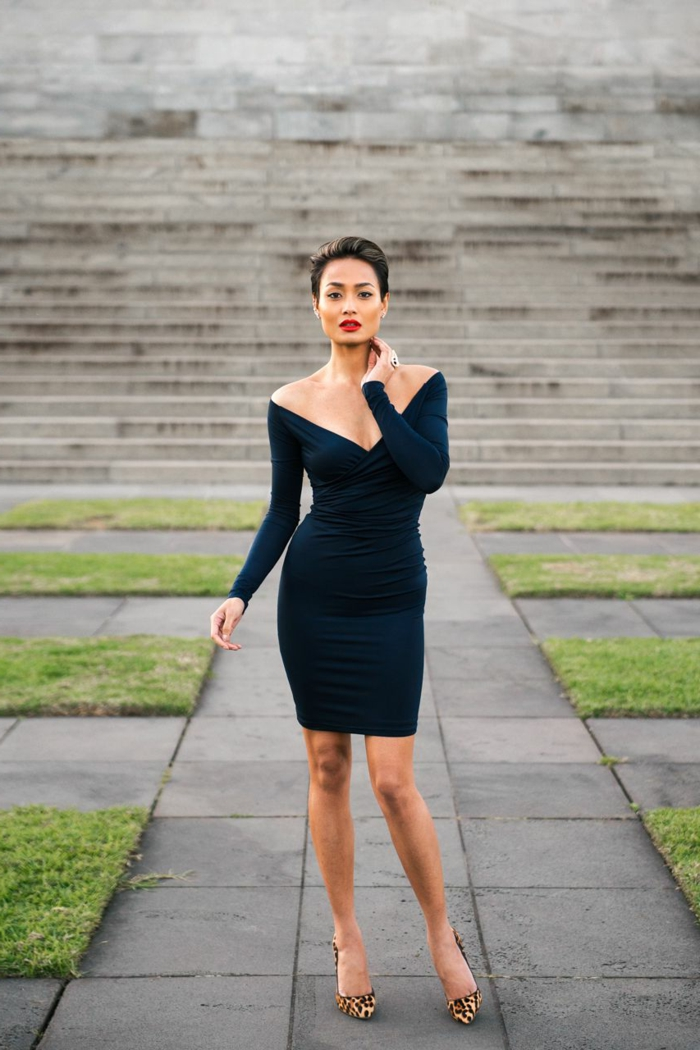 quel robe de soirée chic mettre pour un party officiel, robe moulante bleu foncé