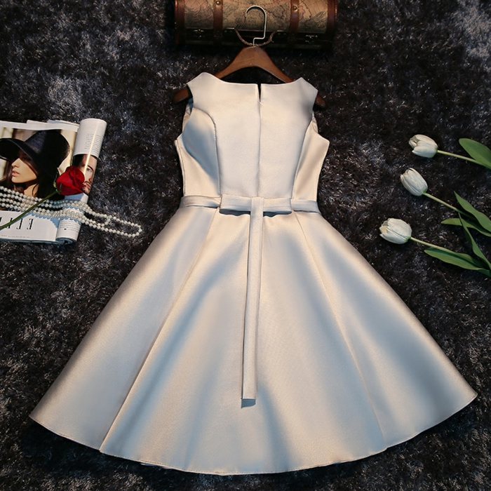 robe satinée couleur élégante, robe de soirée pour mariage, trois tulipes blanches