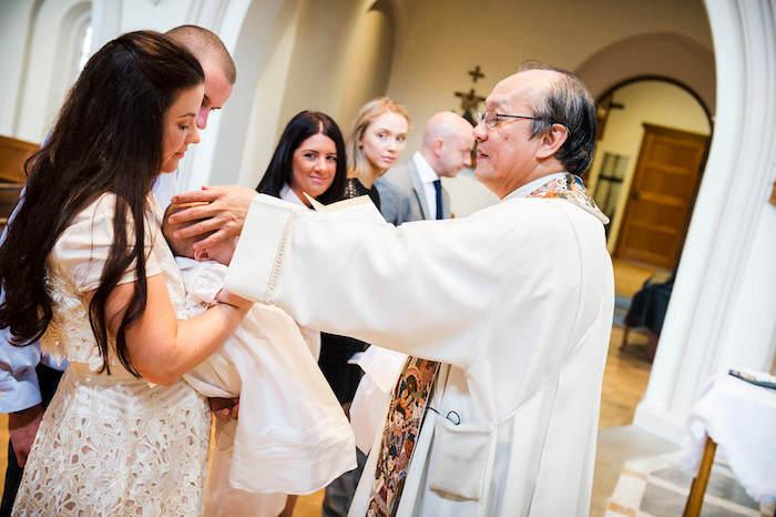Idée tenue de bapteme pour femme robe blanche dentelle tenue de soirée chic pour femme