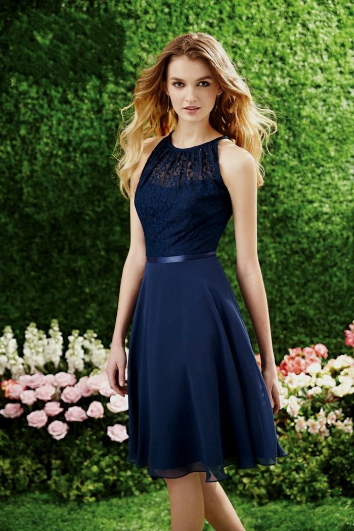 jolie robe dentelle soirée, robe bleue mi longue, décolleté original, ceinture bleue