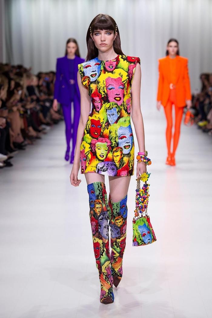 comment s'habiller bien femme, exemple de tenue colorée en robe courte à design marylin monroe avec bottines cuissardes
