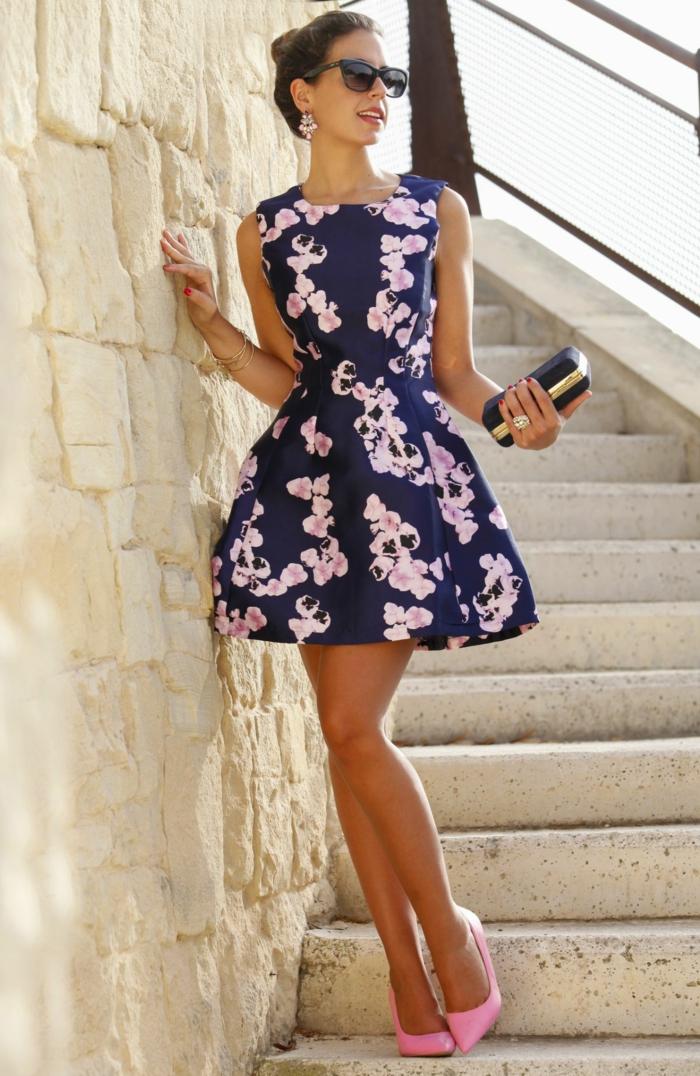 robe classe bleue avec des fleurs roses, pochette noir et doré, lunettes de soleil