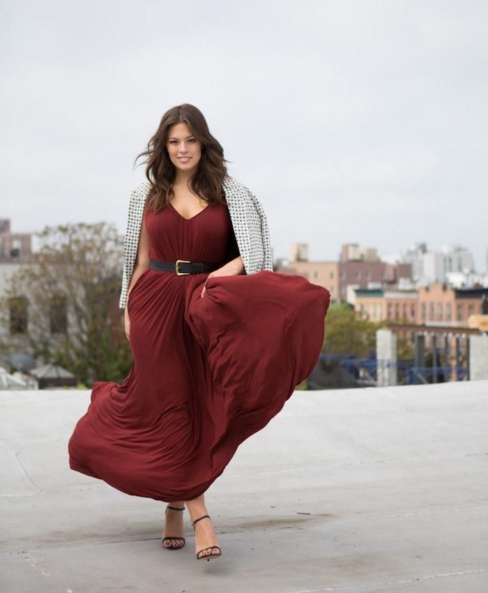 modele de robe grande taille chic couleur bordeaux avec une ceinture noire et veste blanc à pois noirs