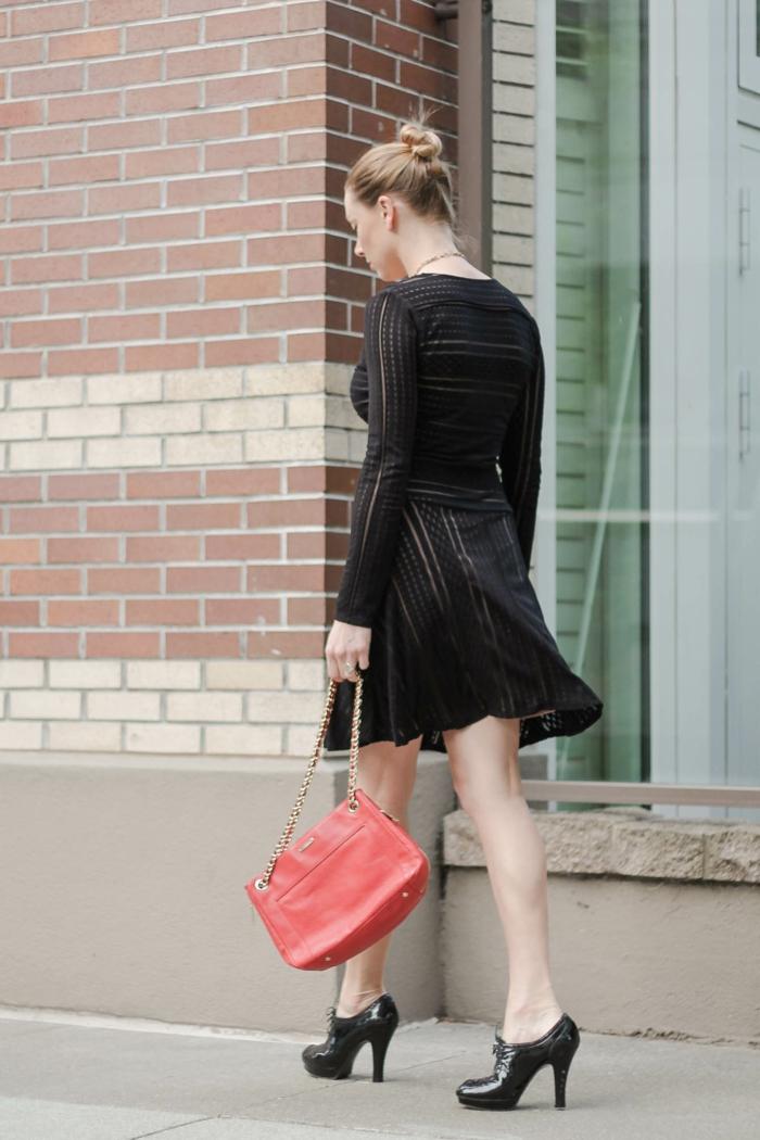 chaussures à hauts talons, sac rouge, robe femme habillée, logues manches et coiffure chignon