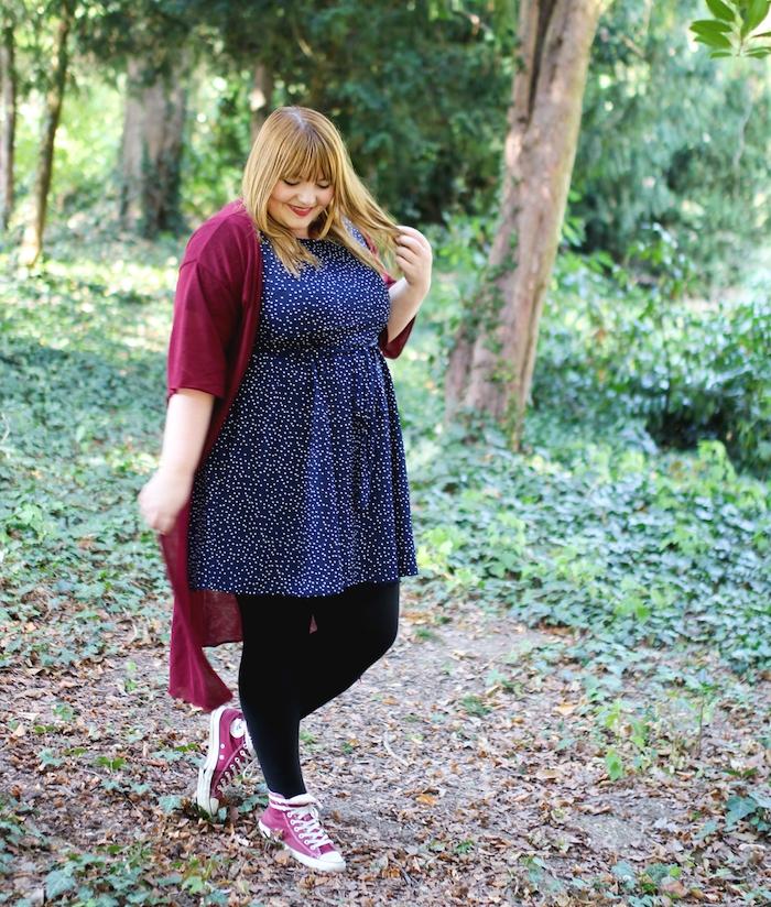 modele de robe femme ronde bleue à petits pois blancs, des bas noirs, baskets, gilet femme bordeaux