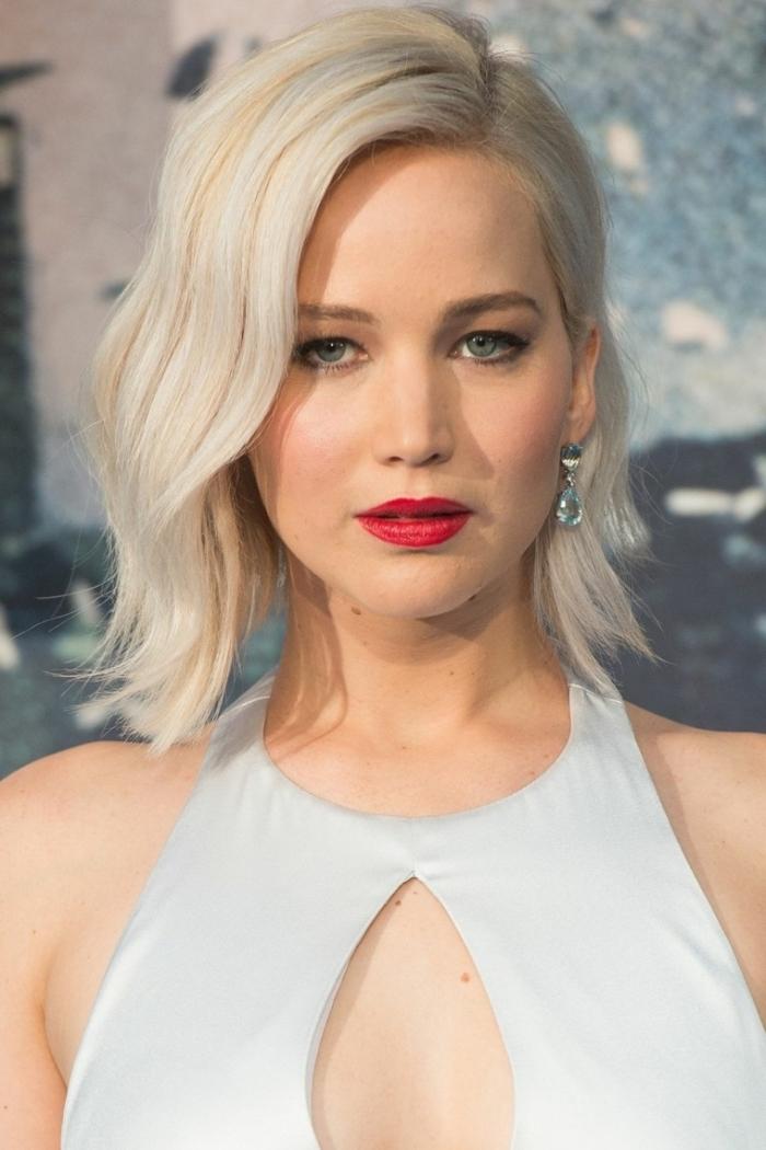 quel maquillage pour yeux bleus, coupe de cheveux de Jennifer Lawrence en carré plongeant avec coiffure de style wavy