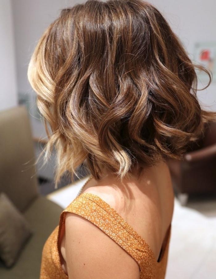 technique de coloration tendance moderne avec balayage blond et châtain clair sur cheveux de base châtain foncé