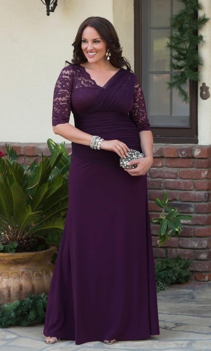 robe lilas longue, vetement grande taille femme, manches en dentelle, pochette en argent et bracelets en argent
