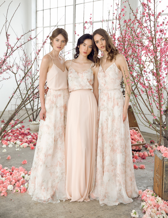 Style boheme chic robe boheme longue une robe blanche tendance 2018 idée vetements demoiselles d honneur rose pale et blanc