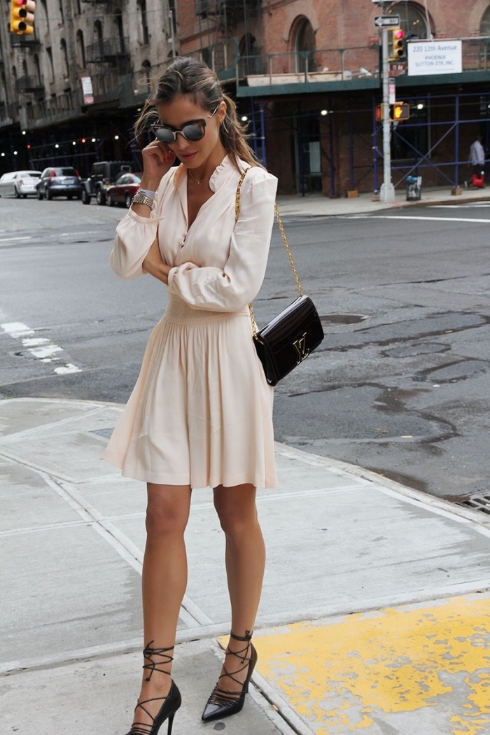 vision chic et élégante d'été en robe mi-longue de couleur pastel combinée avec accessoires chaussures et pochette noirs
