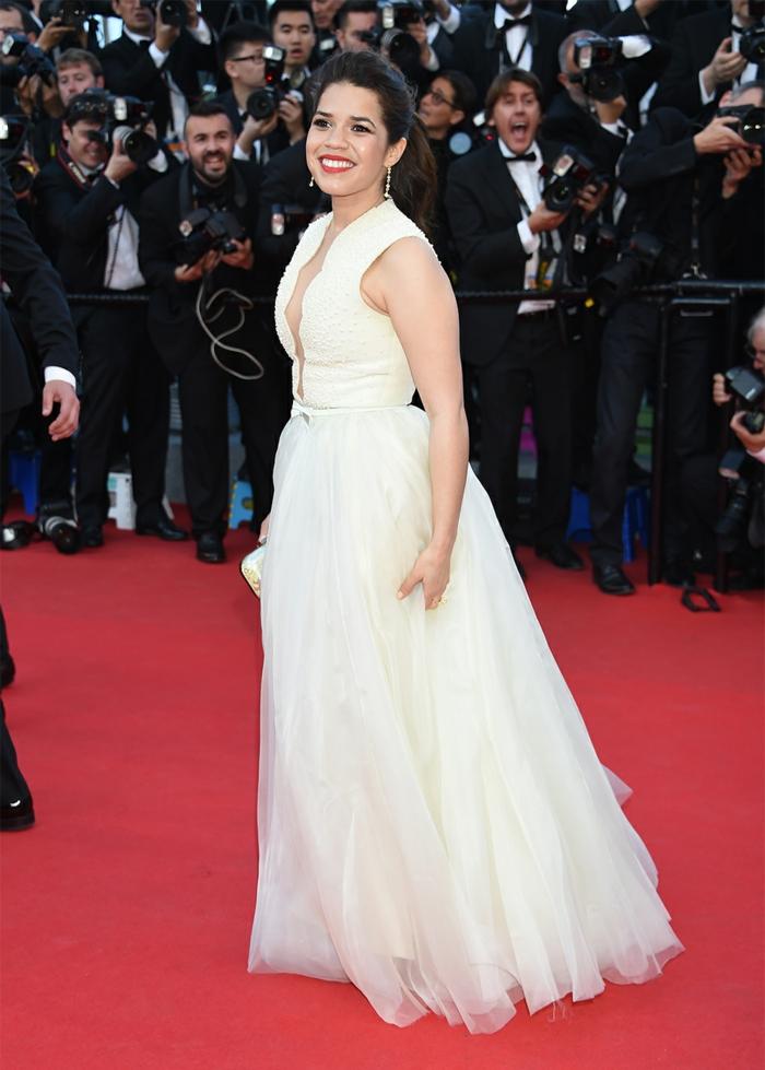 une célébrité qui porte une robe blanche, robe en tulle, style élégant, les tenues au tapis rouge
