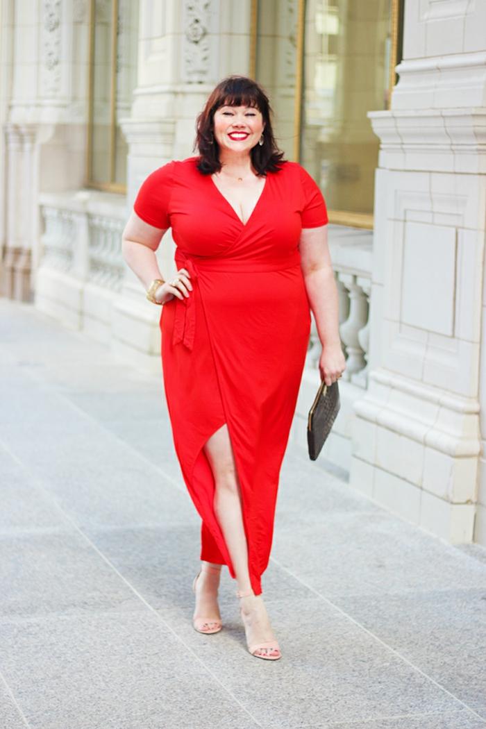 robe fendue rouge, robe pour femme ronde, sandales beiges, sac noir, décolleté triangulaire