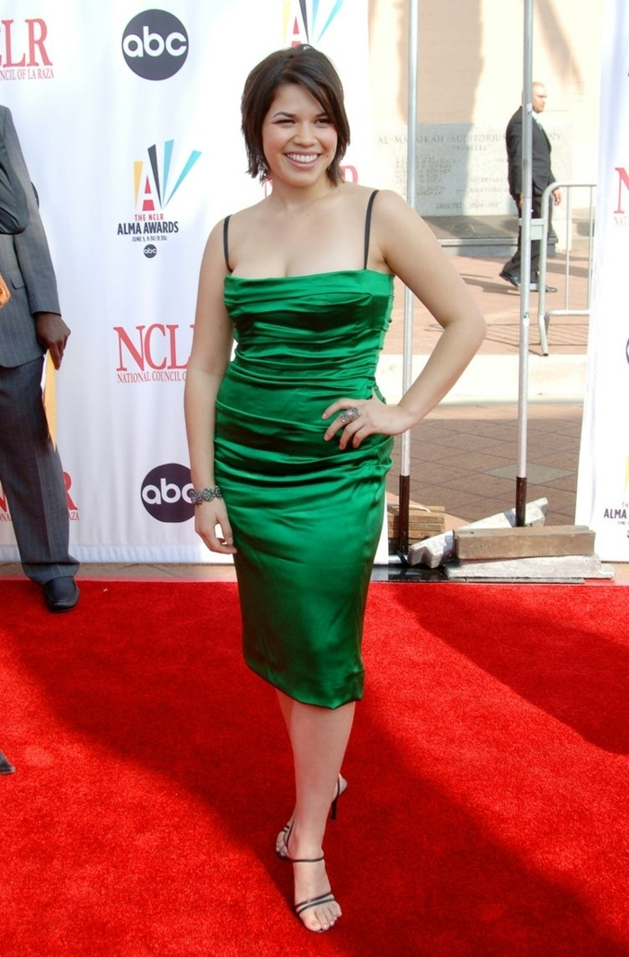 actrice en robe verte, America Ferrero au tapis rouge, décolleté dénudé, coupe de robe droite
