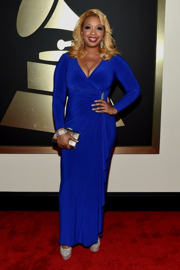 robe bleue longue au sol, manches longues, décolleté plongeant, pochette lumineuse