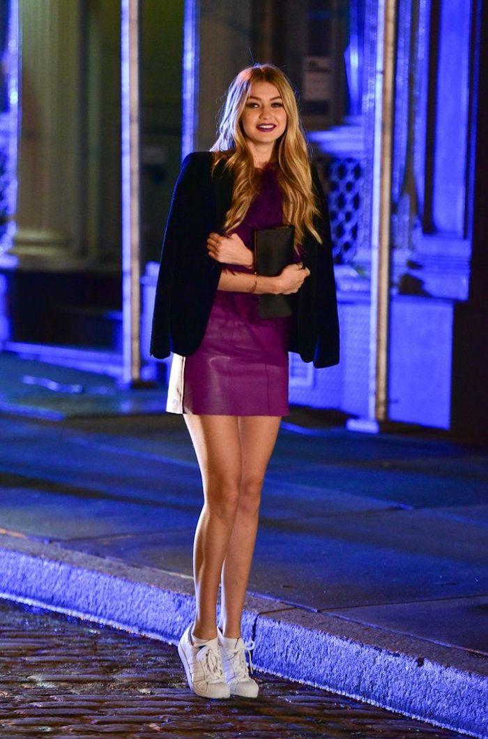 Mode et beauté basket femme marque style femme chic décontracté femme tenue blanches baskets robe violet blazer noire et basket blanche