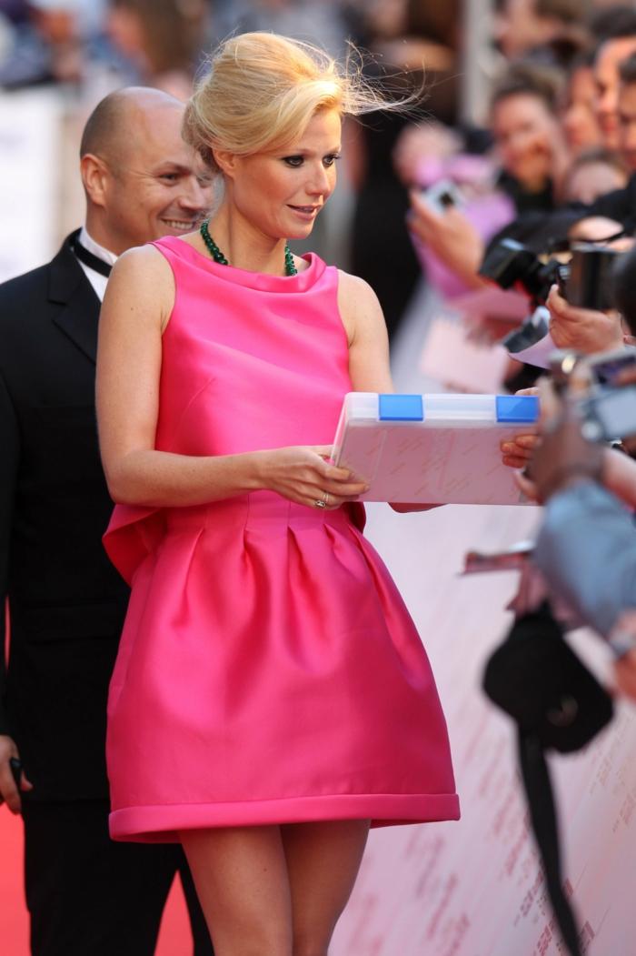 robe de cocktail rose, Gweneth Paltrow, avec une tenue chic et coiffure élégante