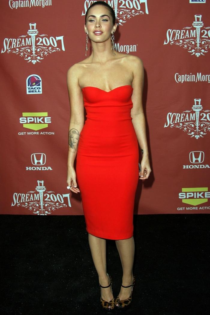 robe midi-longue rouge, robe bustier, robe moulante collée au corps, tenue des stars