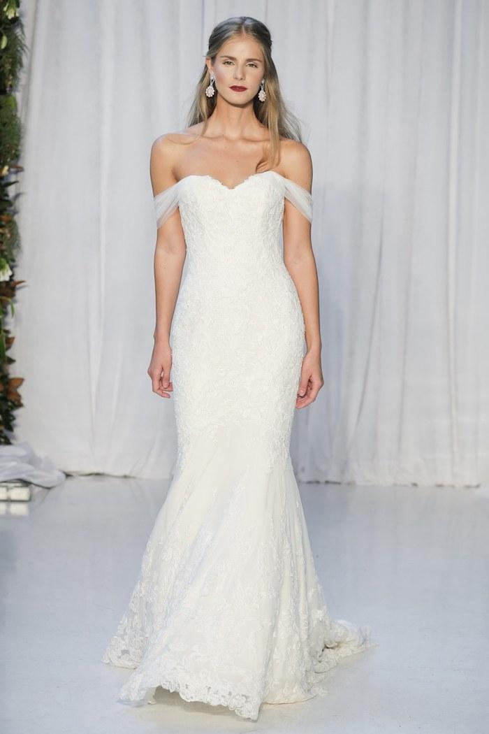 idée de robe de mariée dentelle blanche avec coupe fourreau bretelles tombantes, look femme chic