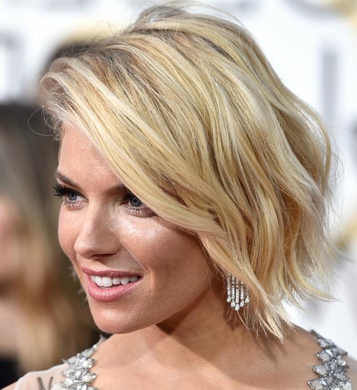 exemple de carré bouclé sur cheveux de base châtain clair avec longueurs et mèches de nuance blond caramel et blonde cuivré