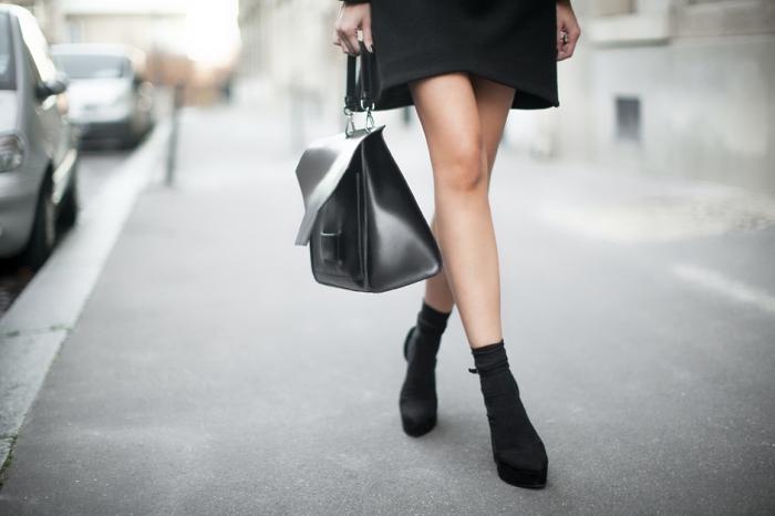 look total noir pour une vision élégante femme, modèle de chaussures à design chaussette apparente combinée avec sac à main cuir noir