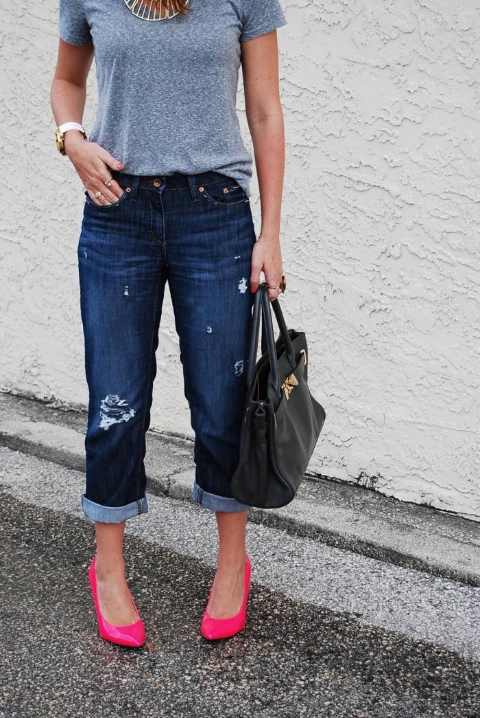 choisir sa chaussure tendance de couleur rose fucshia, look urbain chic femme avec t-shirt gris et modèle de jeans foncés