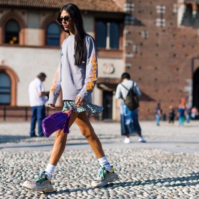 tenue sportif en blouse loose combinée avec jupe courte et une paire de dad sneaker femme à chaussettes blanches apparentes