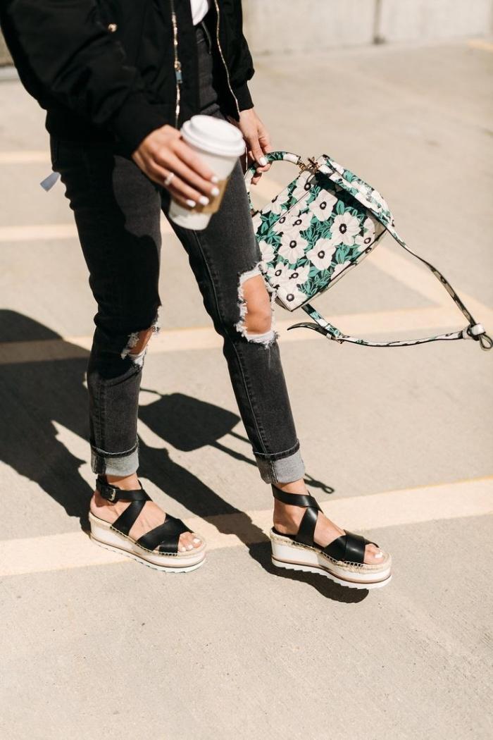 look total noir avec jeans déchirés combinée avec veste noir et une paire de sandales compensée à lacets noirs