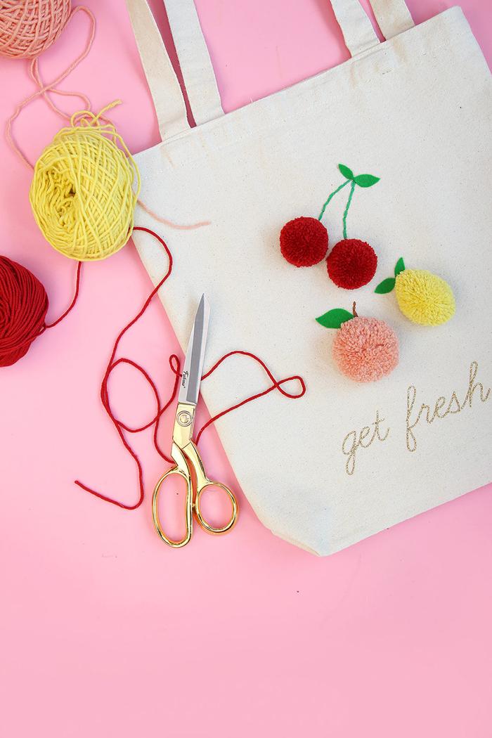 idée de cadeau fête des mères à fabriquer soi-même, un joli sac-cabas décoré de fruits en pompons faits main pour qu'elle fasse ses courses tout en style