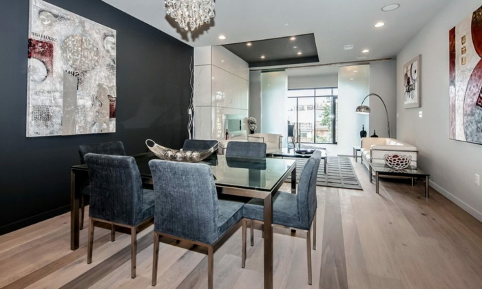 peinture salle a manger, peinture grise salon, chaises élégantes bleues, sol en bois, grand tableau abstrait