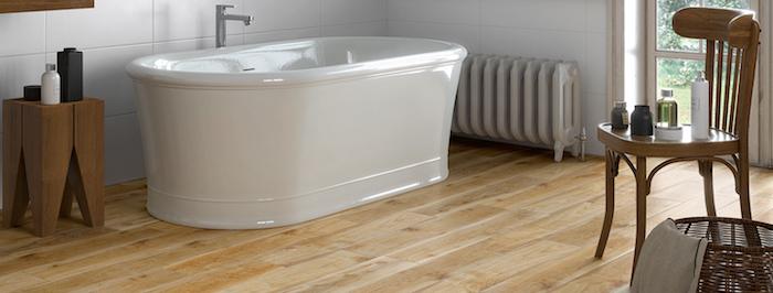 carrelage de salle de bain tendance imitation parquet en bois clair et baignoire blanche ilot