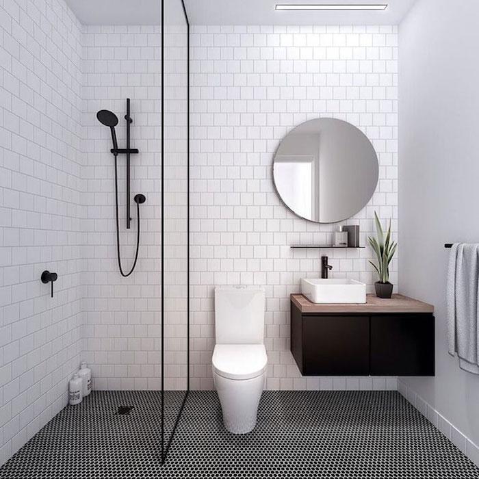 salle de bain petite avec carrelage mural blanc et douche italienne sans bac