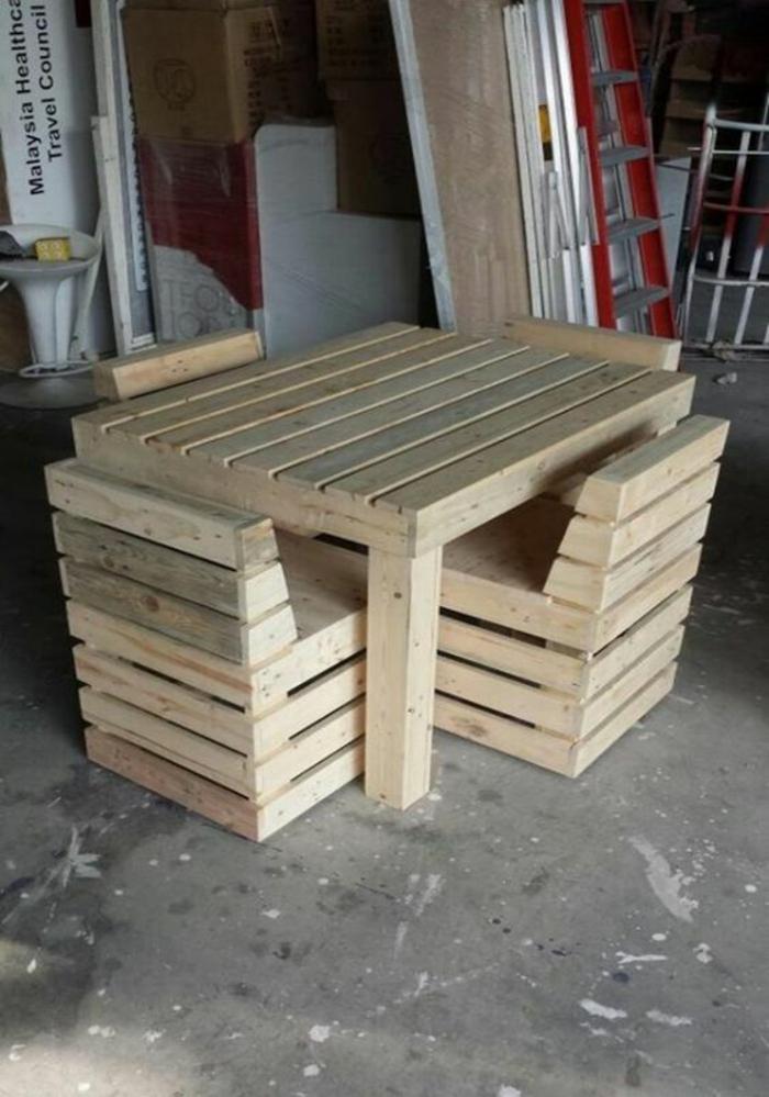 canapé en palette, fauteuil palette, table de jardin en palette, meubles en bois clair, photo des meubles en atelier, salon de jardin palette
