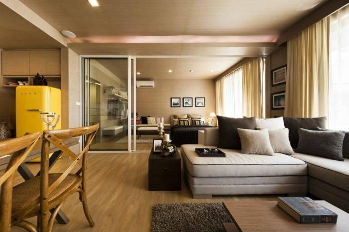 couleur tendance salon, sol stratifié, chaises vintage, grand canapé modulable, plusieurs coussins