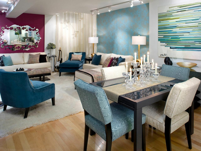 salon et salle à manger, mur lilas et peinture murale bleue, sofas couleur crème, fauteuils bleus