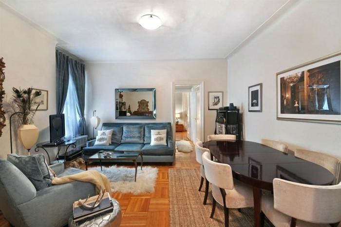 salon gris pâle, sol en parquet, peinture salle a manger et salon, canapés gris, table ovale en bois foncé