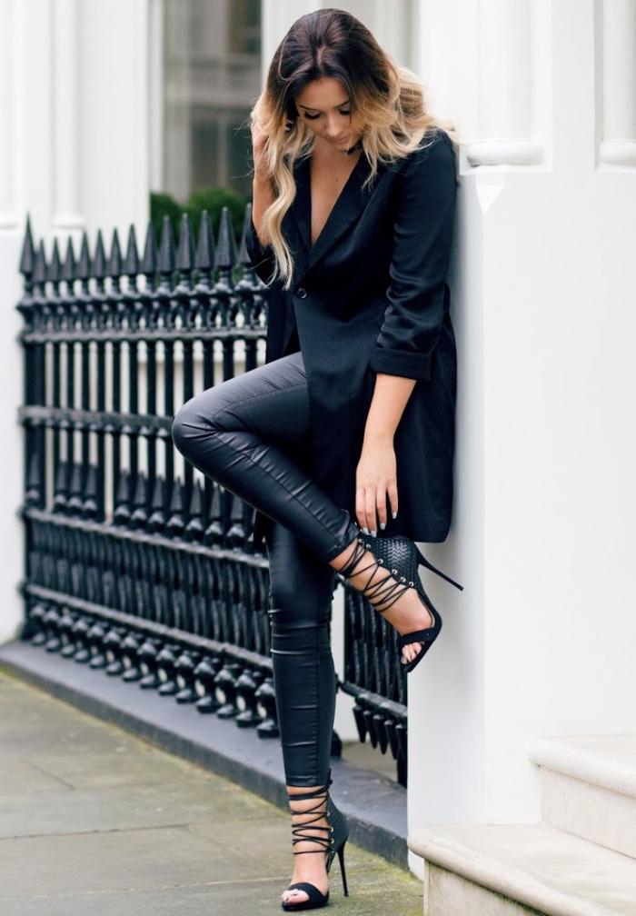 look total noir avec paire de sandales à talons hauts et design lacets combinés avec pantalon simili cuir et blazer noir