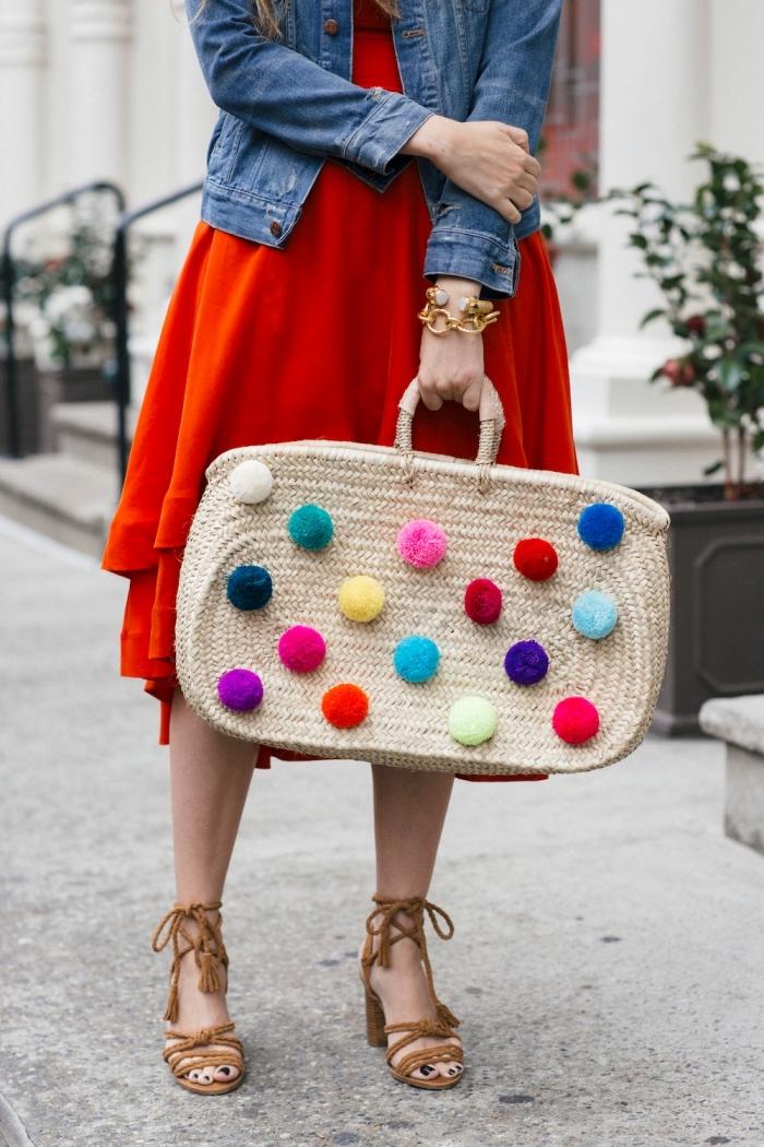 accessoire fashion pour femme, modèle de sac à main grand de paille avec décoration multicolore en pompons de laine