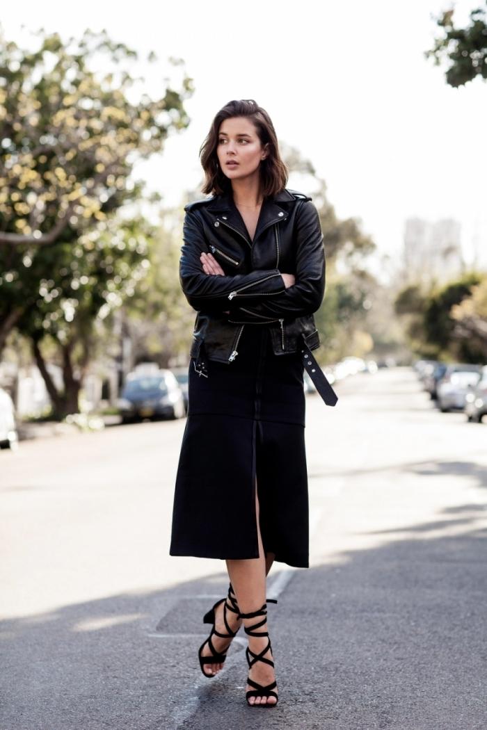 look total noir ultra élégant avec jupe longue noir et veste en cuir noir de style rock femme, modèle de sandales nories avec lacets