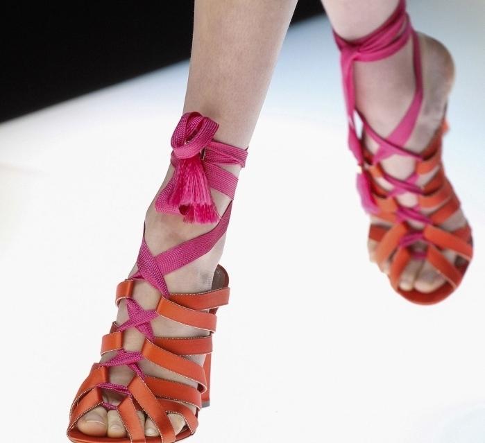 choisir chaussure printemps femme tendance, modèles de sandales oranges à lacets avec rubans de couleur rose fucshia