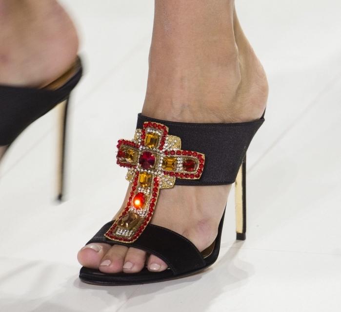 modèles de sandales à talons hauts avec décoration à design croix aux cristaux rouges et dorée de la collection Versace