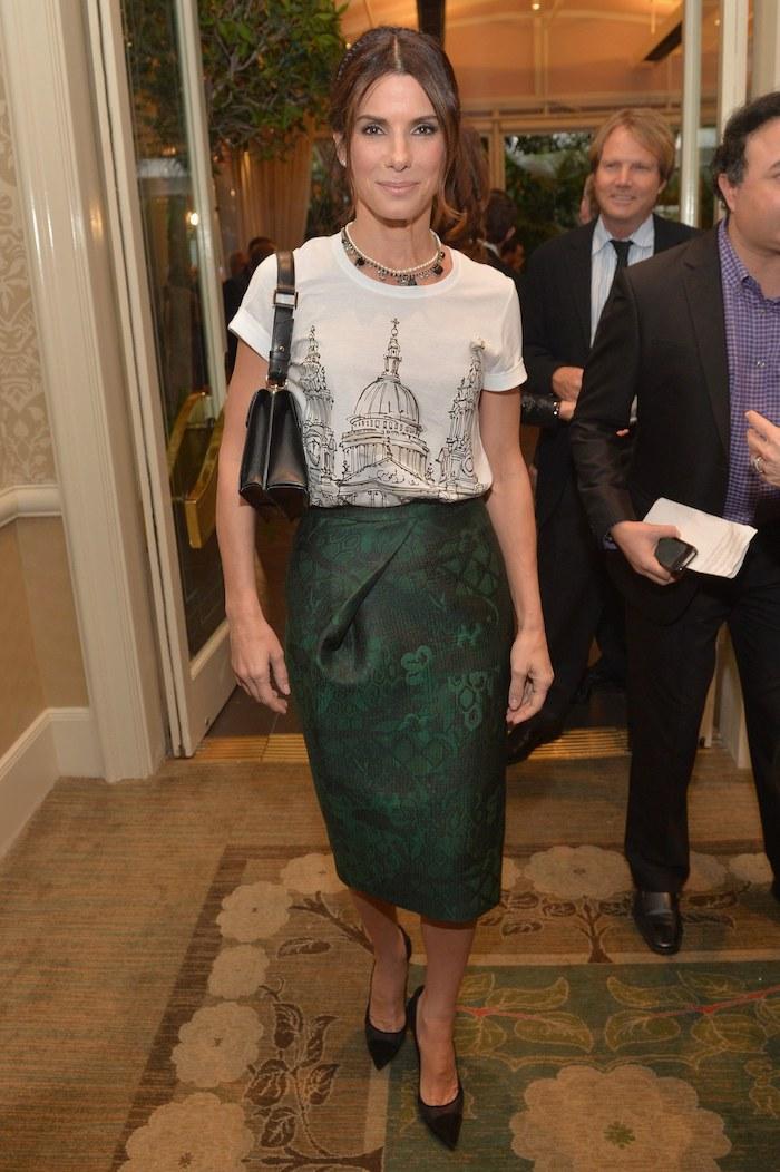 Robe de soirée manche longue tenue baptême femme photo de tenue magnifique Sandra Bullock idée tenue jupe crayon tee shirt simple