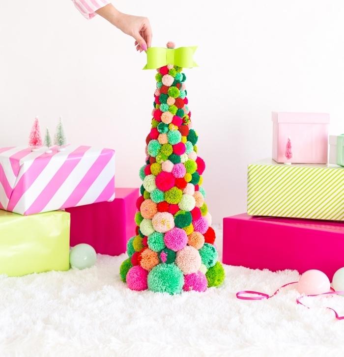 exemple de décoration de noel diy facile, modèle de sapin fabriqué avec pompons de laine de différentes couleurs et tailles