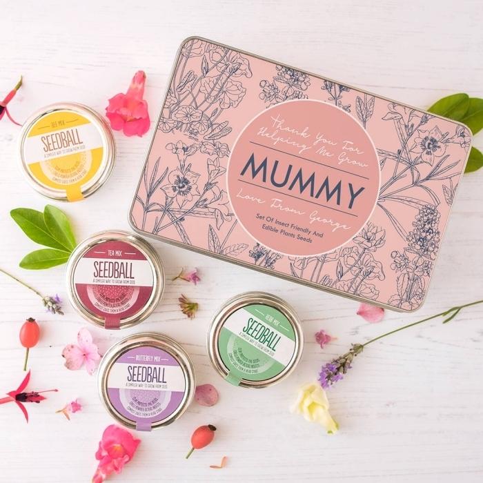boîte de savons de couleurs et arômes variés à offrir pour la fête des mères dans une boîte rose à design fleurs et feuilles