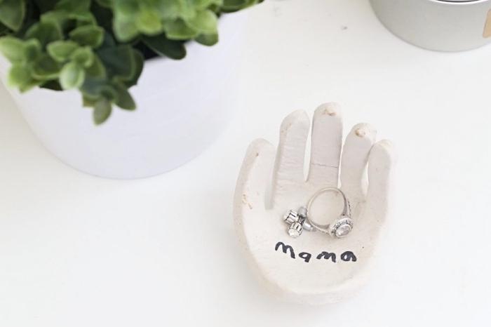 exemple et idée cadeau fête des mères a fabriquer facilement avec poudre de moulage sculptée en forme de main porte bijoux