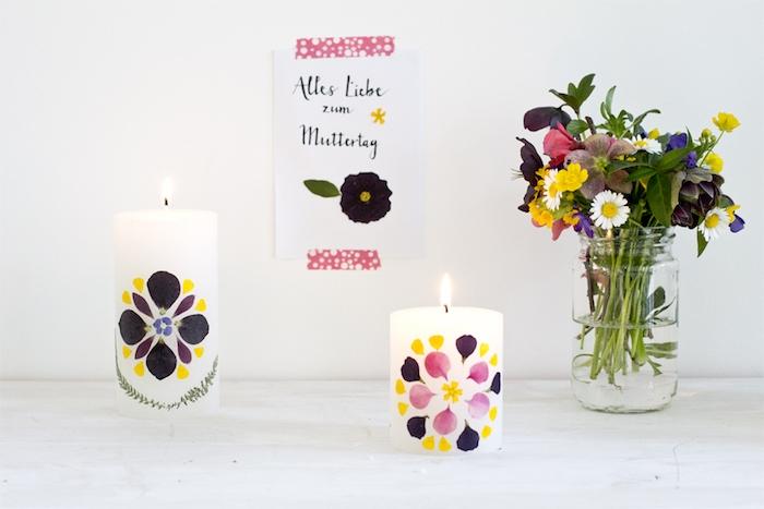 bricolage enfant simple et rapide pour réaliser une activité manuelle fete des meres, bougies décorées de pétales de fleurs colorées