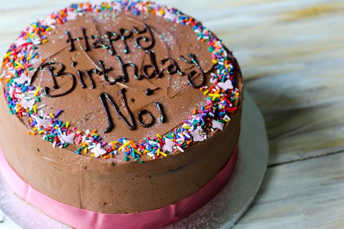 Magnifique gateau genoise chocolat gateau au chocolat original gâteau d'anniversaire bonne anniversaire sign sur le gateau
