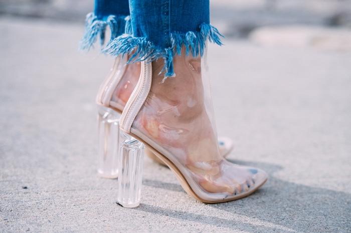 comment être élégant avec paire de jeans, idée comment porter les chaussures à design transparent avec jeans déchirés