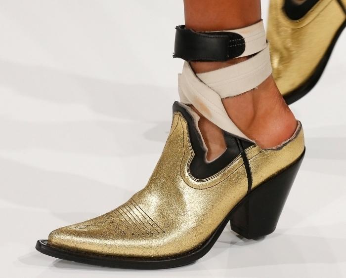 paire de chaussures femme à petits talons noirs à design glitter avec bout perçante de style cowboy avec lacets de cuir blanc et noir