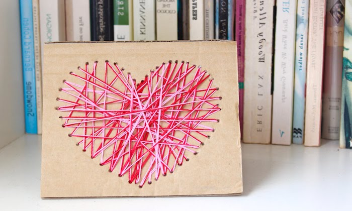 carte fête des mères à fabriquer soi même, fils croisés rose et rouges sur un bout de papier carton