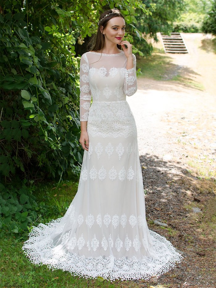 robe de mariée bohème avec des broderies sur un tissu transparent à motifs floraux, coiffure champetre